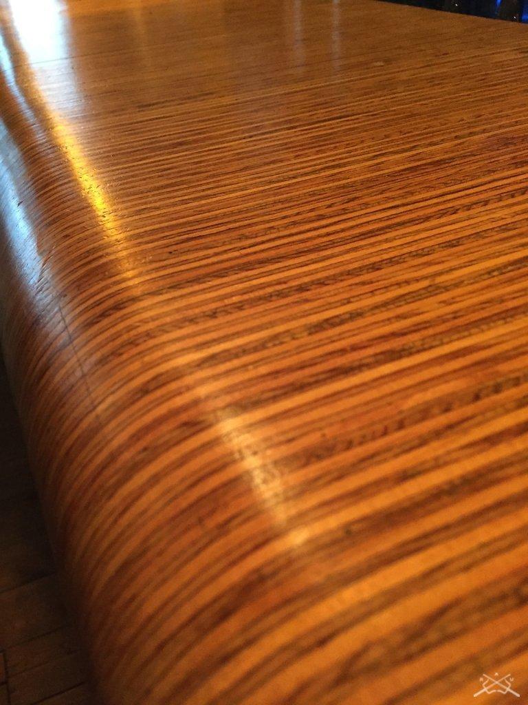 Détail du Comptoir en lames de bois brut